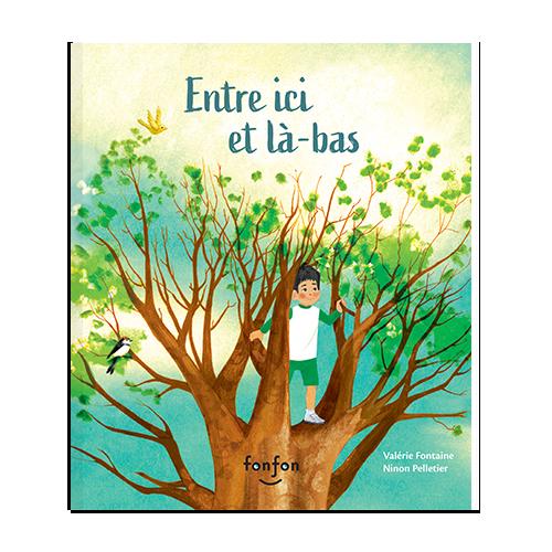 Page couverture de l'album Entre-ici et là-bas. Un jeune garçon est dans un arbre et regarde au loin.