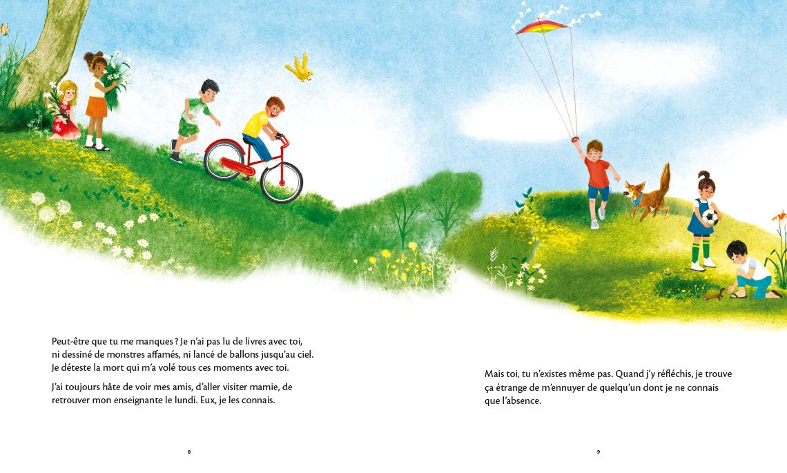 Des enfants s'amusent à l'extérieur sur une plaine gazonnée pendant l'été. Certains font de la bicyclette alors que d'autres font voler un cerf-volant.